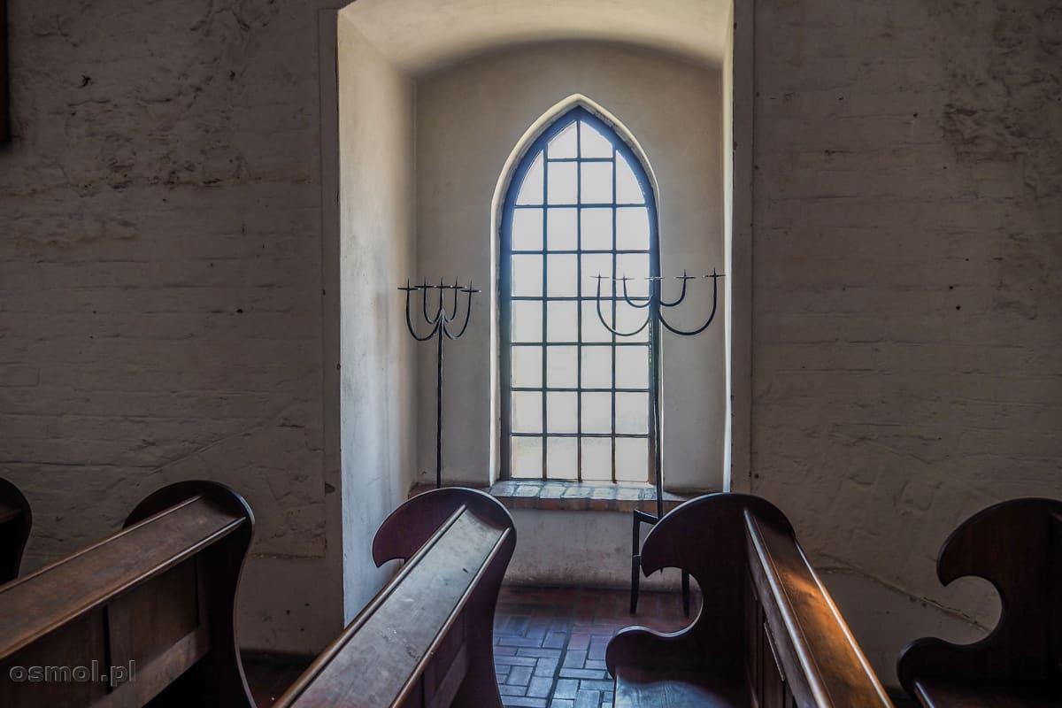 Okno w kaplicy zamkowej w Gniewie. Przy ławach widać ślady dawnej przebudowy