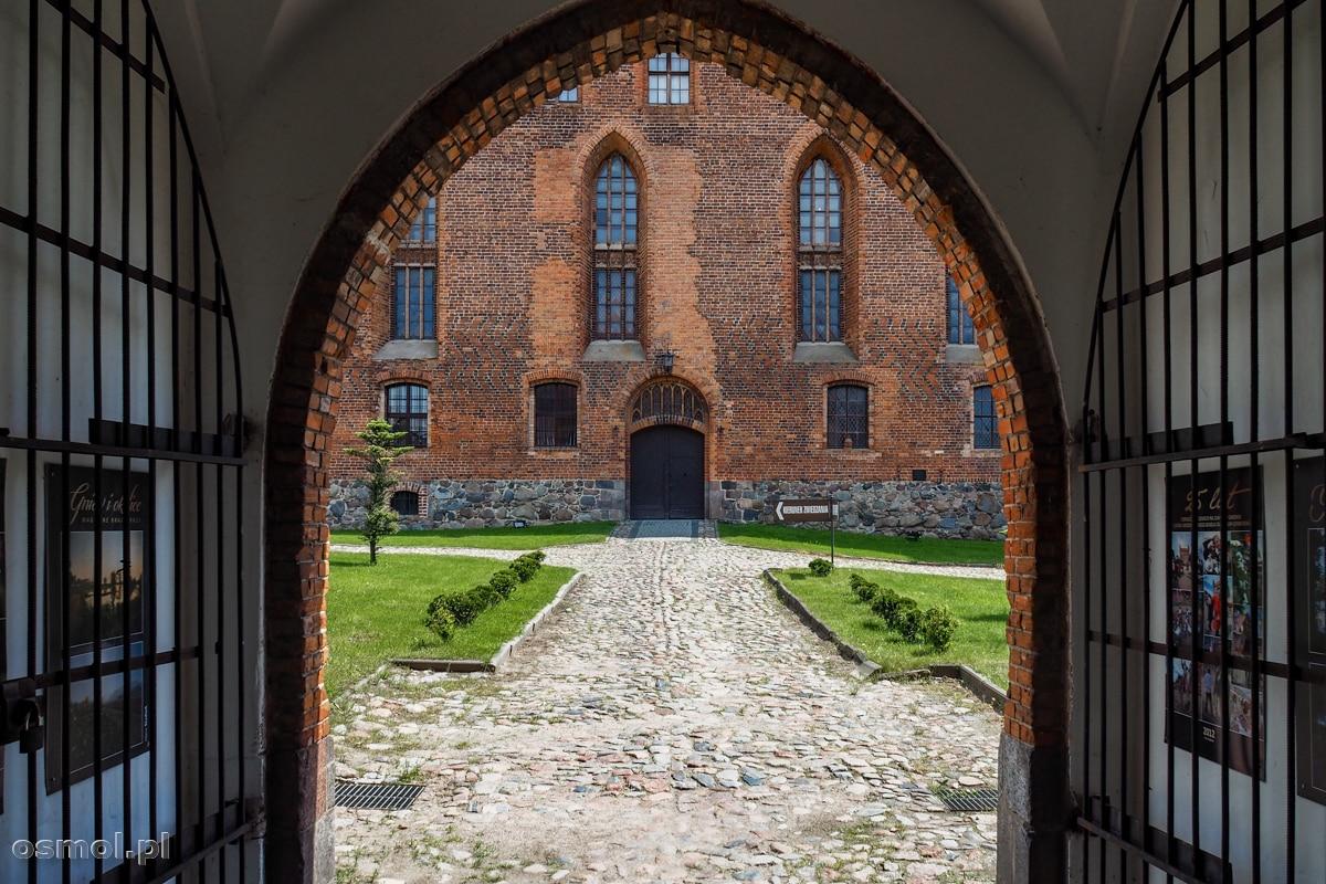 Brama prowadząca do zamku