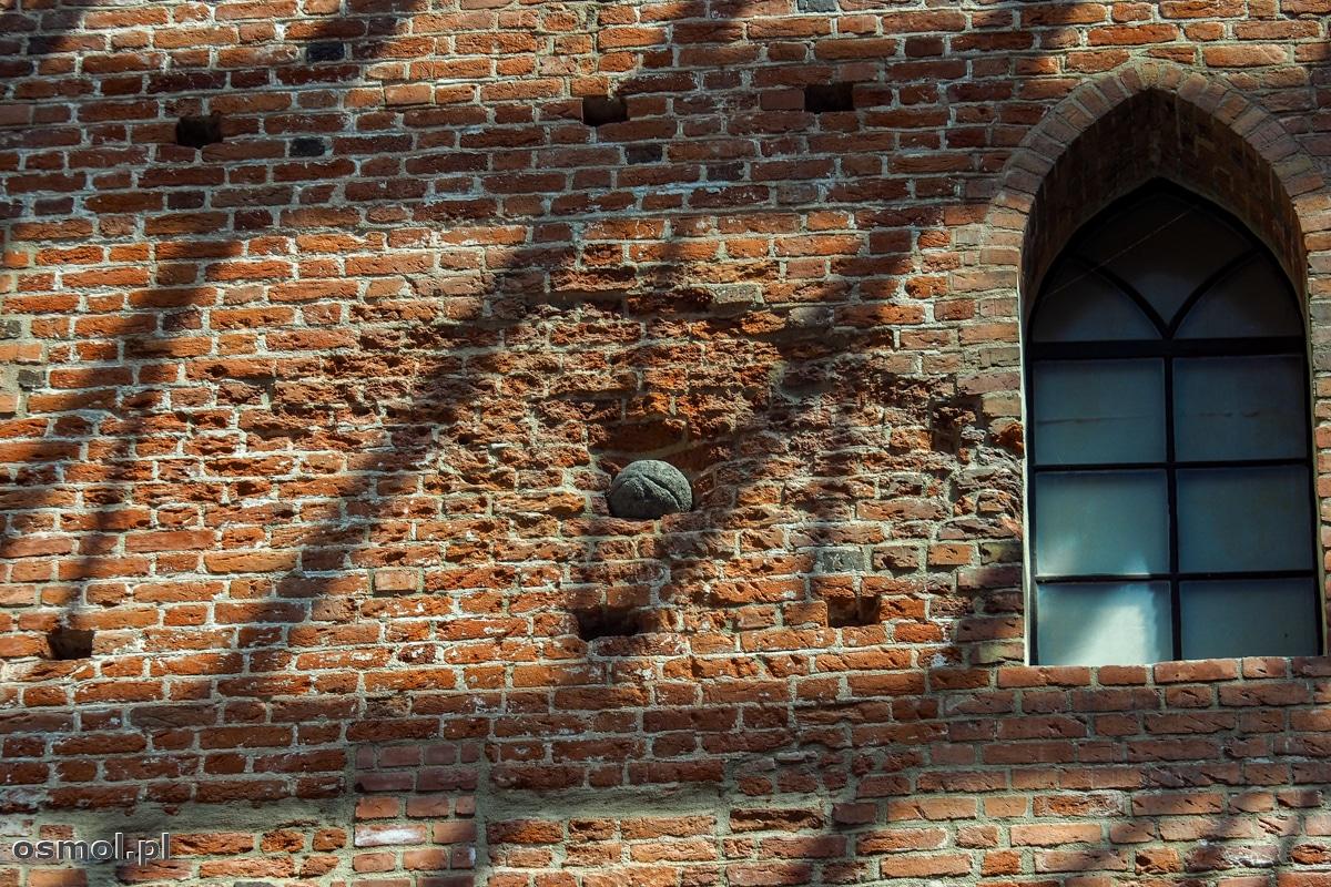 Kamienna kula jaką na pamiątkę umieszczono w zamkowym murze