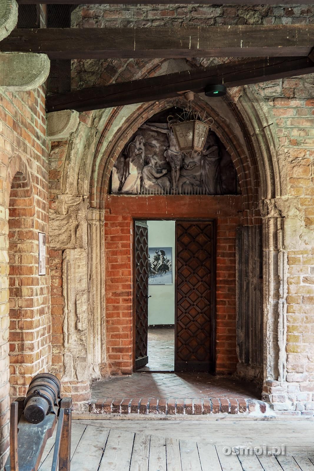 Ozdobny portal wiodący do zamkowej kaplicy