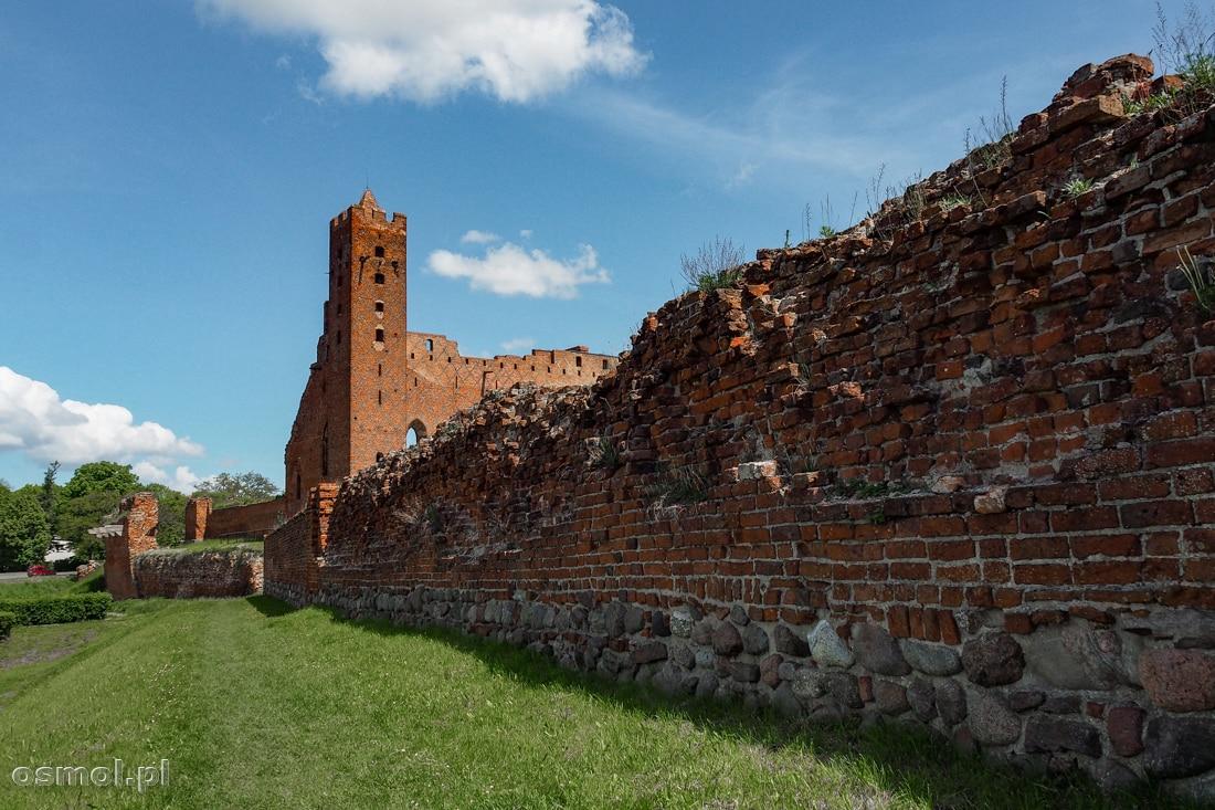 Ściany muru okalającego niegdyś przedzamcze
