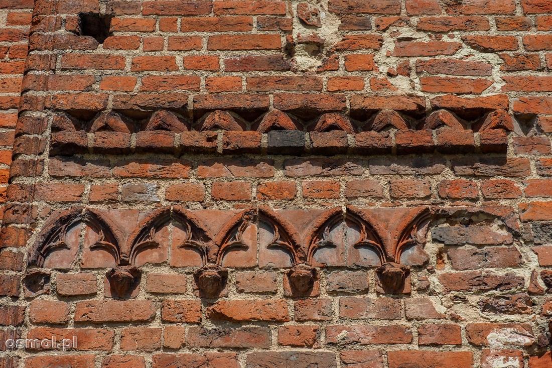 Dawniej znaczna część zamku ozdobiona była takimi pięknymi ceglanymi detalami