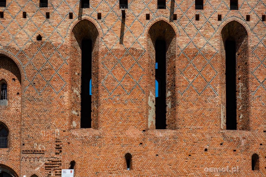 Stare i nowe. Na górze odbudowana ściana zamkowa, na dole mur pamiętający jeszcze Krzyżaków