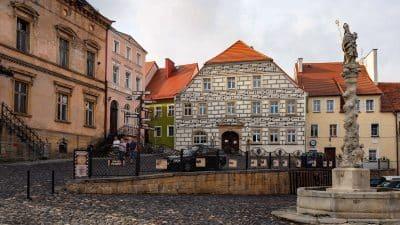 Muzeum Kargula i Pawlaka w Lubomierzu. Po prawo Fontanna św. Maternusa