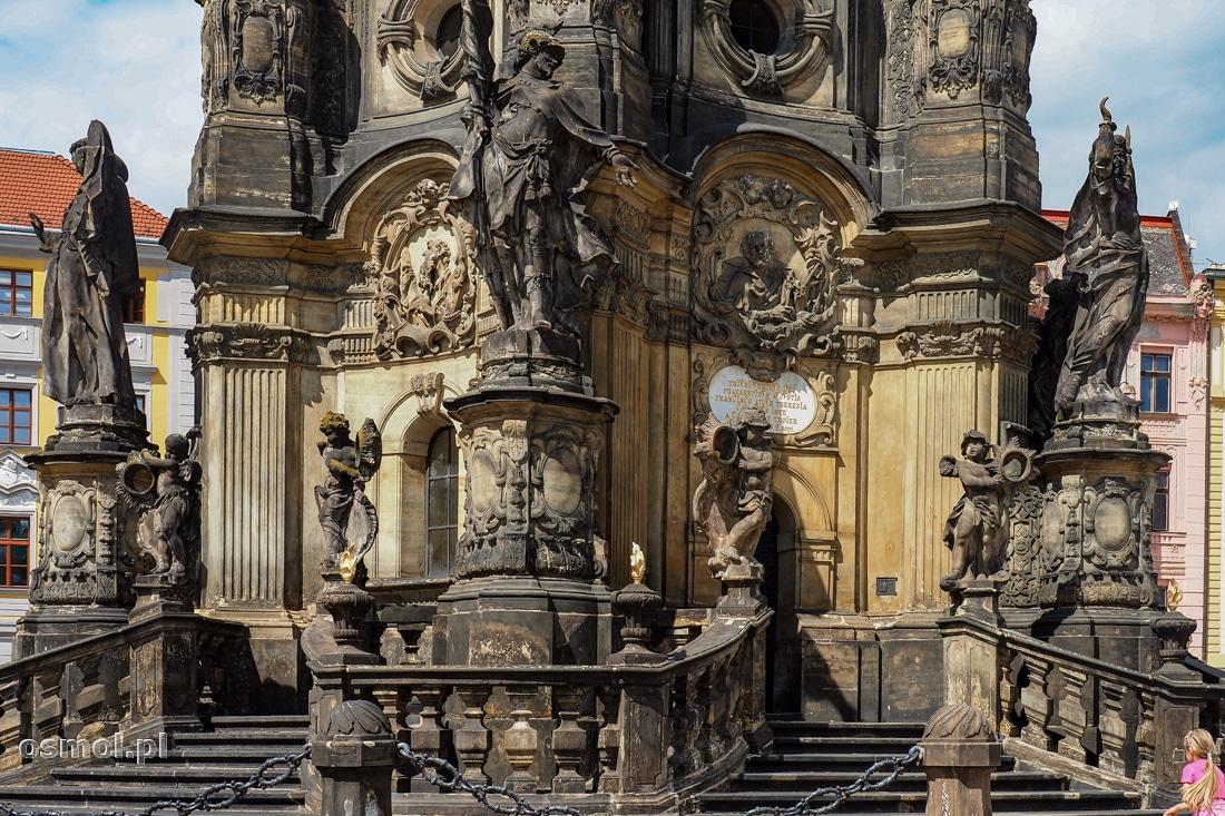 Baza Kolumny Trójcy Świętej. Na najniższym poziomie niosący światło czyli lucyfery.