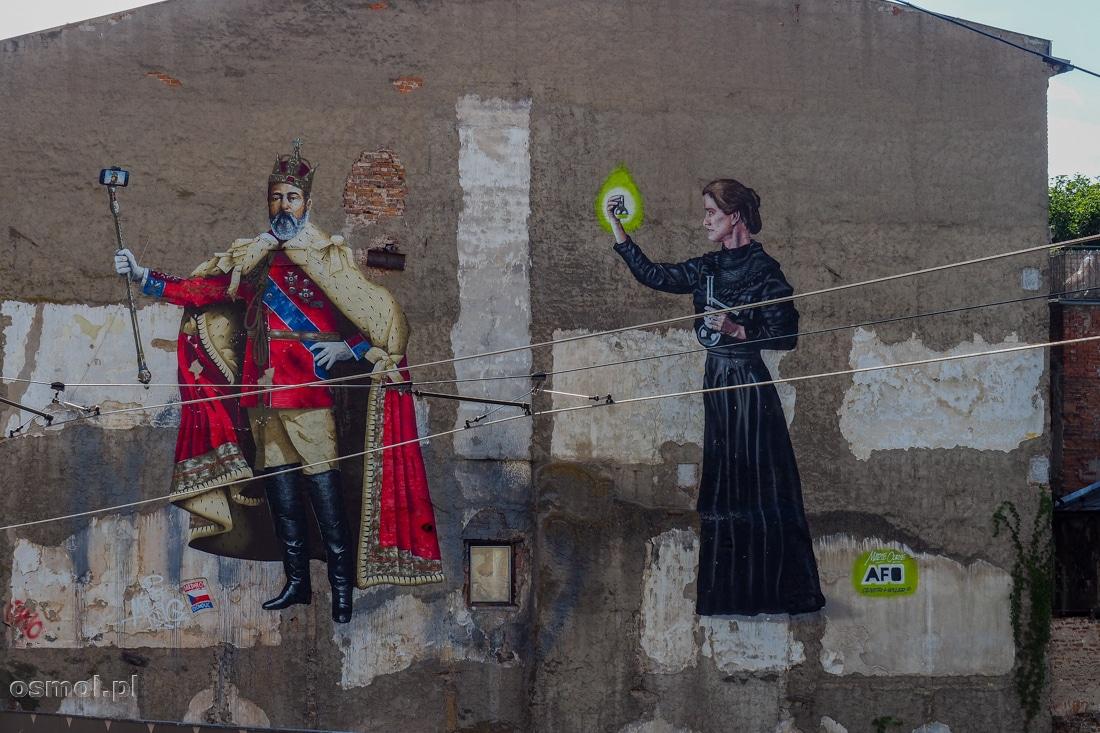 Mural z królem Edwardem VII robiącym selfie oraz Marie Curie Skłodowską
