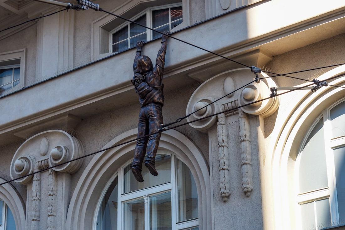 Złodziej - instalacja artystyczna Davida Cernego w Ołomuńcu