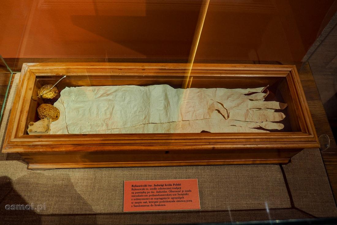 Rękawiczki królowej Jadwigi można oglądać w Domu Długosza w Sandomierzu