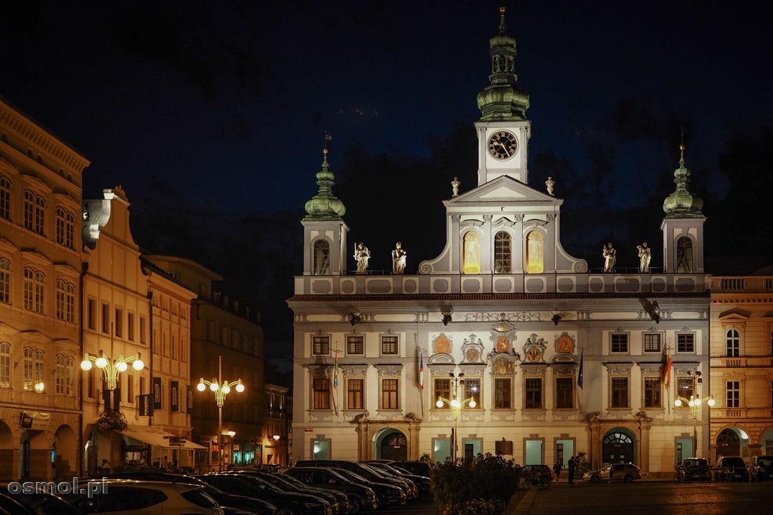 Ratusz w Czeskich Budziejowicach nocą jest pięknie podświetlony