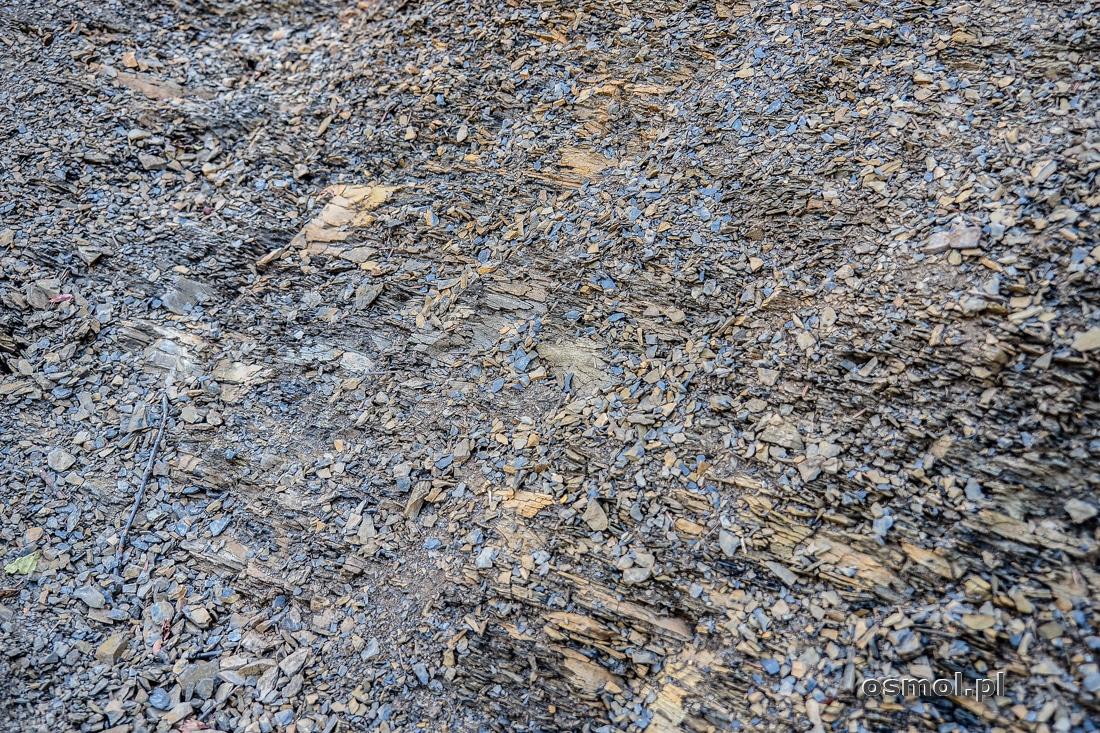 Patrząc pod nogi, widzimy skałę, która przypomina grubo zmielony pieprz