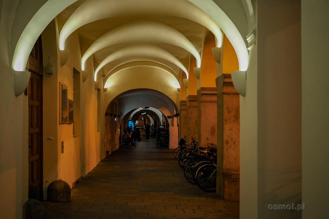 Podcienia przy rynku w Czeskich Budziejowicach. Ale znaczna część starego miasta pozwala na przechodzenie od domu do domu podcieniami