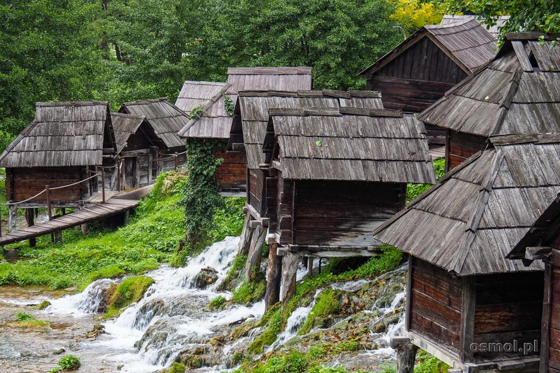 Te małe domki obok Jajce to stare młyny wodne
